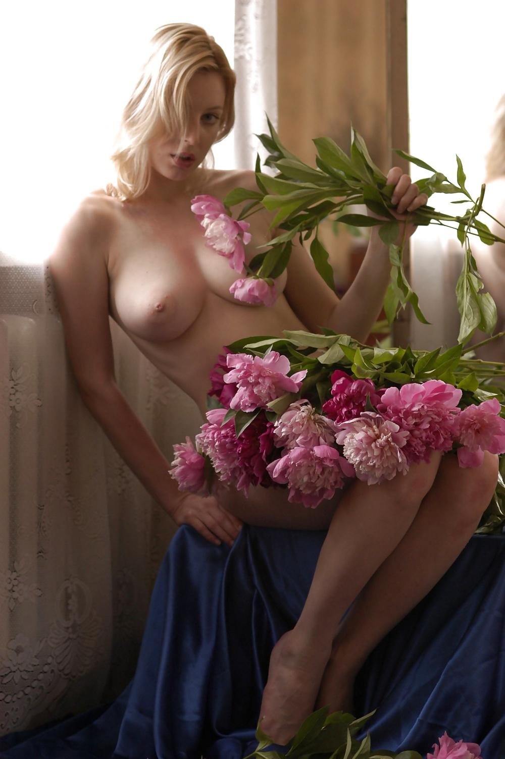 Blondiner med små och stora bröst i nakna bilder