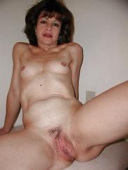 Amatör hemmafruar med små bröst i fria foton