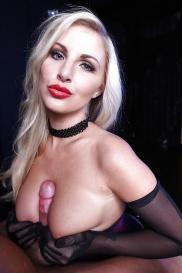 Blond porrskådespelerska med små bröst
