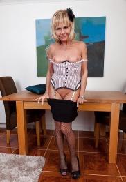 Äldre kvinna i underkläder från England gratis