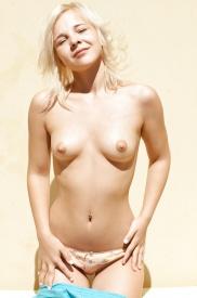 Blondie tonåringar i nakna bilder