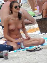Slampa naken på stranden i bilder